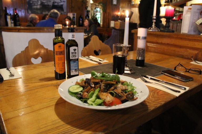 Salatteller auf Tisch