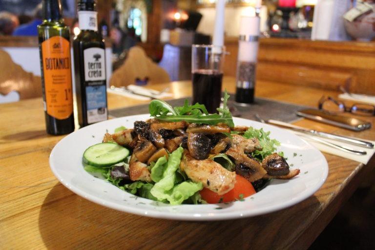 Salatteller mit Hähnchen und Champignons