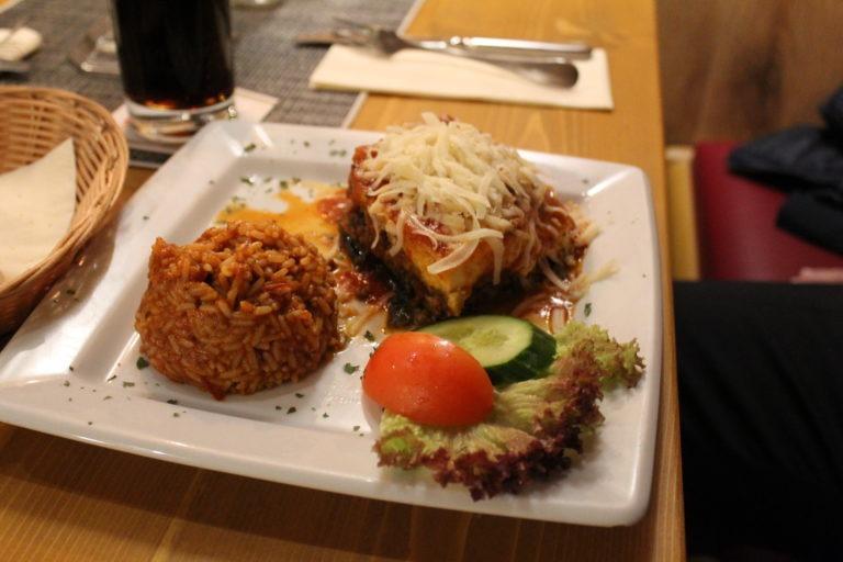 Überbackenes Essen mit Reisbeilage