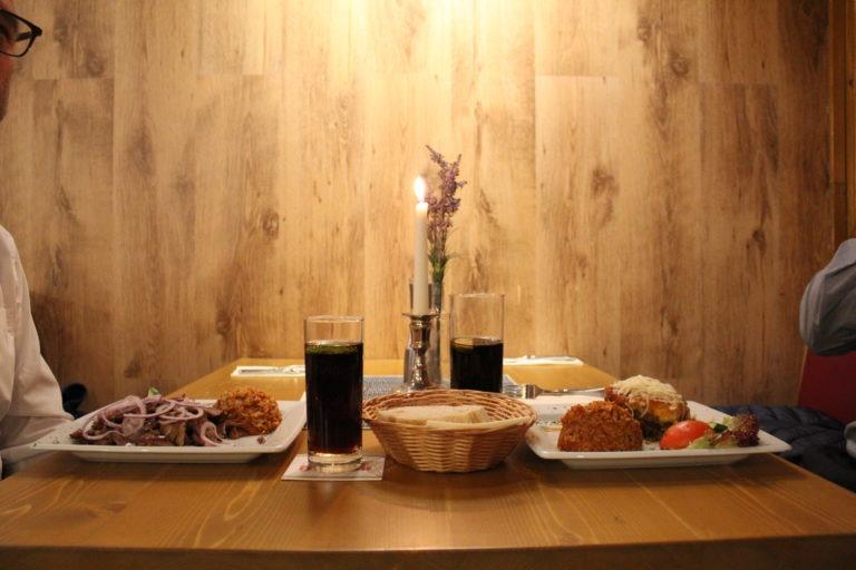 Angerichteter Tisch mit griechischem Essen