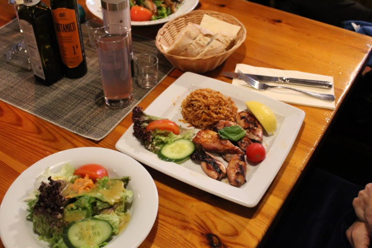 Fleisch vom Grill mit Beilagen