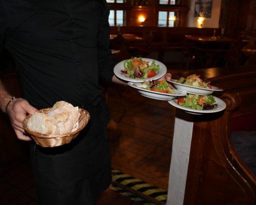 Salat wird serviert